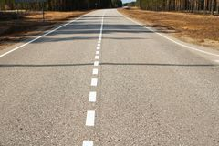 Δρόμος ασφάλτου με τα άσπρα σημάδια στοκ εικόνα
