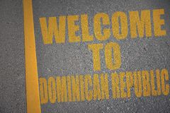 δρόμος ασφάλτου με την υποδοχή κειμένων στη Δομινικανή Δημοκρατία κοντά στην κίτρινη γραμμή ελεύθερη απεικόνιση δικαιώματος