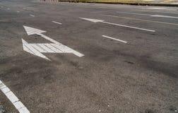 Δρόμος ασφάλτου με το σημάδι βελών Στοκ Εικόνες