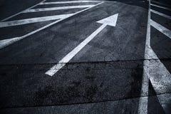 Δρόμος ασφάλτου με το σημάδι βελών Στοκ Εικόνα
