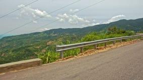 Δρόμος ασφάλτου βουνών με τα εμπόδια ενάντια στην κοιλάδα απόθεμα βίντεο