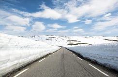 Δρόμος ασφάλτου μέσω των βουνών με πολύ χιόνι, καλοκαίρι Νορβηγία Εθνική διαδρομή Aurlandsfjellet τουριστών Στοκ φωτογραφία με δικαίωμα ελεύθερης χρήσης