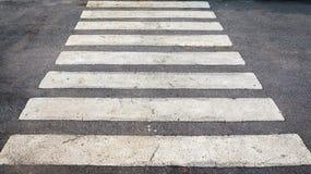 Δρόμος ασφάλτου με άσπρο crossway στοκ εικόνες με δικαίωμα ελεύθερης χρήσης