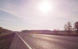 Δρόμος ασφάλτου με το χαρακτηρισμό Με τη θαμπάδα τονισμός Στοκ φωτογραφία με δικαίωμα ελεύθερης χρήσης