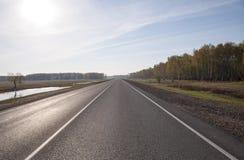 Δρόμος ασφάλτου με το χαρακτηρισμό Με τη θαμπάδα Στοκ φωτογραφία με δικαίωμα ελεύθερης χρήσης