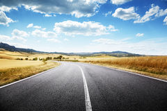 Δρόμος ασφάλτου στην Τοσκάνη, Ιταλία Στοκ φωτογραφία με δικαίωμα ελεύθερης χρήσης