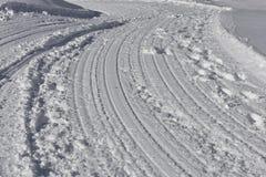 Δρόμος βουνών κάτω από το χιόνι Στοκ εικόνα με δικαίωμα ελεύθερης χρήσης