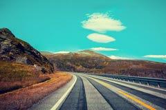 Δρόμος βουνών κατά μήκος του φιορδ στοκ εικόνες