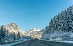 Δρόμος βουνών μέσω του χιονιού το χειμώνα, Ουάσιγκτον Στοκ εικόνες με δικαίωμα ελεύθερης χρήσης