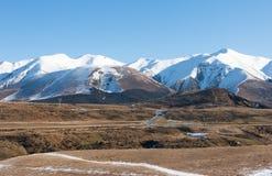 Δρόμος βουνών στη σαφή χειμερινή ημέρα, Νέα Ζηλανδία Στοκ φωτογραφία με δικαίωμα ελεύθερης χρήσης