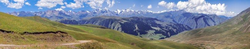 Δρόμος βουνών στο οροπέδιο Assy Καζακστάν, περιοχή του Αλμάτι Στοκ Φωτογραφίες