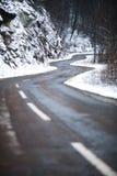 Δρόμος βουνών στο χειμερινό χιόνι Στοκ φωτογραφία με δικαίωμα ελεύθερης χρήσης