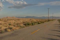 Δρόμος ερήμων κοντά στην πόλη του Λάνκαστερ στοκ εικόνα