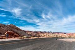 Δρόμος ερήμων μέσω της κοιλάδας της πυρκαγιάς - κρατικό πάρκο της Νεβάδας στοκ φωτογραφία