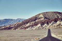 Δρόμος ερήμων προς τη σειρά βουνών στην κοιλάδα θανάτου Στοκ Εικόνες