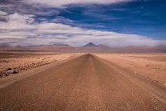 Δρόμος ερήμων Atacama κατά τη διάρκεια της θύελλας ερήμων με τα βουνά των Άνδεων στο υπόβαθρο, SAN Pedro de Atacama, Χιλή Στοκ Φωτογραφίες