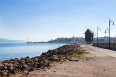 Δρόμος θαλασσίως με έναν ανεμόμυλο Στοκ Εικόνα