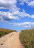 Δρόμος, λιβάδι και ουρανός Στοκ φωτογραφία με δικαίωμα ελεύθερης χρήσης