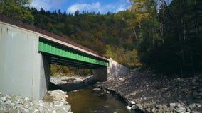 Δρόμος ιχνών Mohawk κάτω από τη γέφυρα απόθεμα βίντεο
