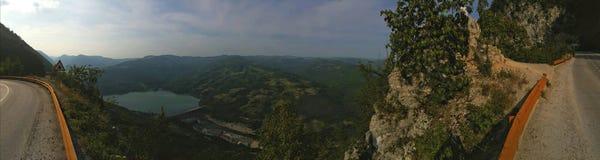 Δρόμος και άποψη βουνών στοκ φωτογραφία με δικαίωμα ελεύθερης χρήσης