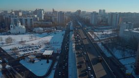Δρόμος και αυτοκίνητα στην ανατολή υποβάθρου απόθεμα βίντεο