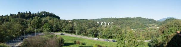 Δρόμος και γέφυρα πέντε δαχτυλιδιών σε Malnate, Βαρέζε Στοκ Φωτογραφία