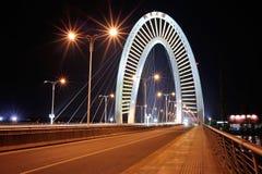Δρόμος και γέφυρα τη νύχτα Στοκ Φωτογραφία