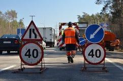 Δρόμος και εργαζόμενος επισκευών σημαδιών Στοκ Εικόνες