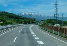 Δρόμος και θέα βουνού και υπόβαθρο Στοκ εικόνα με δικαίωμα ελεύθερης χρήσης