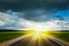 Δρόμος και θυελλώδης ουρανός Στοκ Φωτογραφία