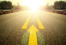 Δρόμος και κίτρινο βέλος Στοκ Εικόνες