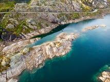 ( Δρόμος και λίμνες στα βουνά Νορβηγία στοκ εικόνες με δικαίωμα ελεύθερης χρήσης