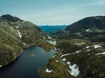 ( Δρόμος και λίμνες στα βουνά Νορβηγία στοκ εικόνα με δικαίωμα ελεύθερης χρήσης