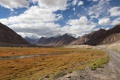 Δρόμος και λιβάδι βουνών στην κοιλάδα Zanskar Στοκ Εικόνες