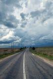 Δρόμος και ο ουρανός θύελλας Στοκ Εικόνες