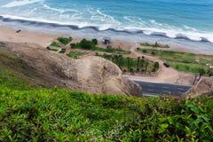 Δρόμος και πάρκο στον ωκεανό στοκ φωτογραφίες με δικαίωμα ελεύθερης χρήσης