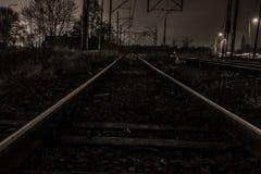 Δρόμος και σιδηρόδρομος στη νύχτα Στοκ Εικόνες