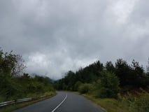 Δρόμος και σκοτεινός ουρανός Στοκ Εικόνες