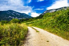 Δρόμος και σύννεφα βουνών στο μπλε ουρανό στοκ εικόνες