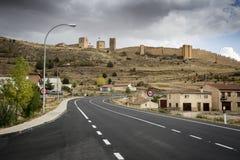 Δρόμος και το αρχαίο κάστρο στην πόλη Molina de Aragà ³ ν, Γουαδαλαχάρα, Ισπανία Στοκ φωτογραφία με δικαίωμα ελεύθερης χρήσης