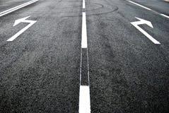 δρόμος κατεύθυνσης βελών Στοκ Φωτογραφίες
