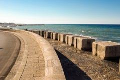 Δρόμος κοντά στην ήρεμη θάλασσα μπλε με την πέτρα ασβέστη Στοκ Εικόνες