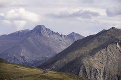 Δρόμος κορυφογραμμών ιχνών στο δύσκολο εθνικό πάρκο βουνών Στοκ Φωτογραφία