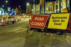 Δρόμος κλειστός και σημάδια οδικών έργων του επιχειρησιακού ανοικτά ως συνήθως UK Στοκ φωτογραφίες με δικαίωμα ελεύθερης χρήσης