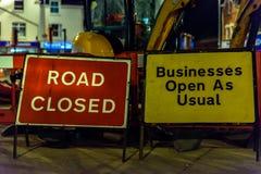 Δρόμος κλειστός και σημάδια οδικών έργων του επιχειρησιακού ανοικτά ως συνήθως UK Στοκ εικόνα με δικαίωμα ελεύθερης χρήσης