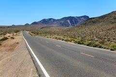Δρόμος μέσω της ερήμου σε Καλιφόρνια Στοκ Εικόνες