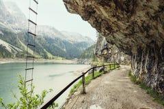 Δρόμος μέσω της σήραγγας, πέρα από τη λίμνη Gosau, Αυστρία φαραγγιών Στοκ Εικόνες