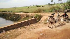 Δρόμος μέσω του σφρίγους Tonle, Καμπότζη στοκ εικόνα