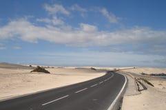 Δρόμος μέσω των άμμων της ερήμου Στοκ Φωτογραφίες