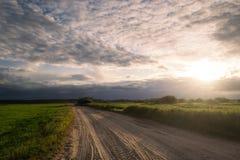 Δρόμος μέσω των τομέων στο ηλιοβασίλεμα Στοκ εικόνες με δικαίωμα ελεύθερης χρήσης